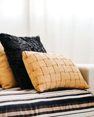 Piękne i ozdobne poduszki ozdobią salon i sypialnię